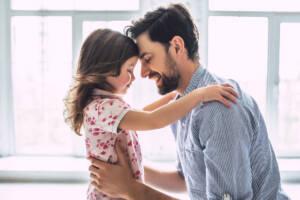 Vater übt mit Tochter Umgangsrecht aus