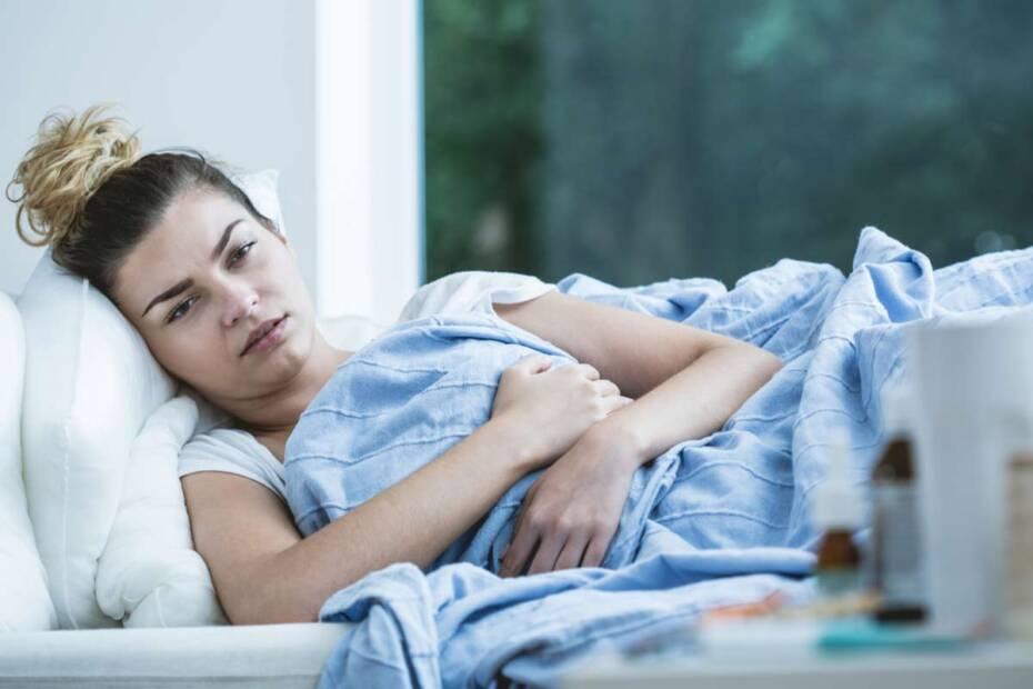 Frau krank auf Couch