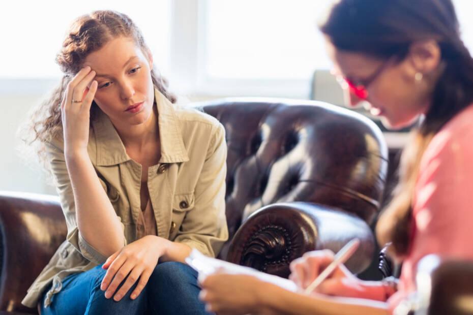 Frau sitzt bei Psychotherapies