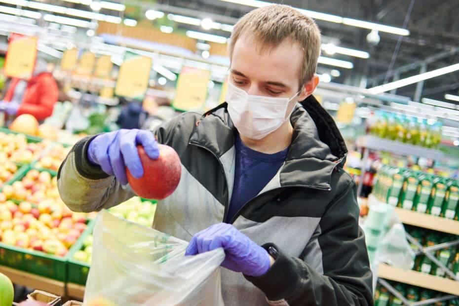 Mann mit Schutzmaske im Supermarkt