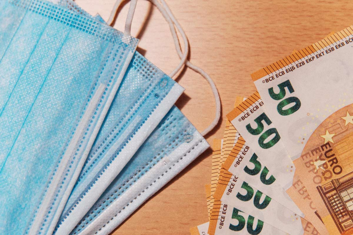 Geld und Gesichtsmasken