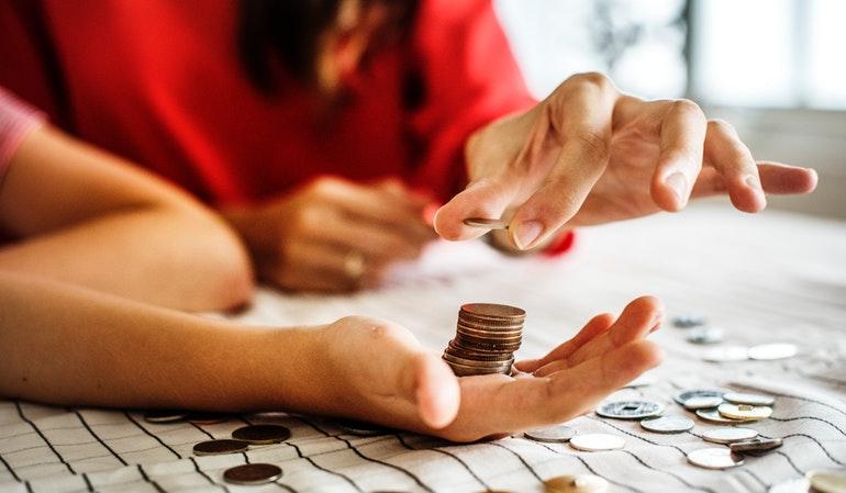 Menschen zählen Cent-Beträge