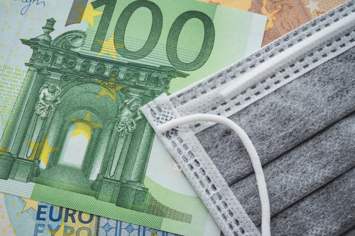 Corona-Maske und Geld 100 und 50 Euro Schein