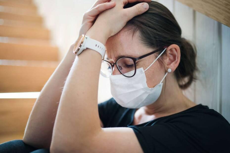 Traurige Frau mit Gesichtsmaske
