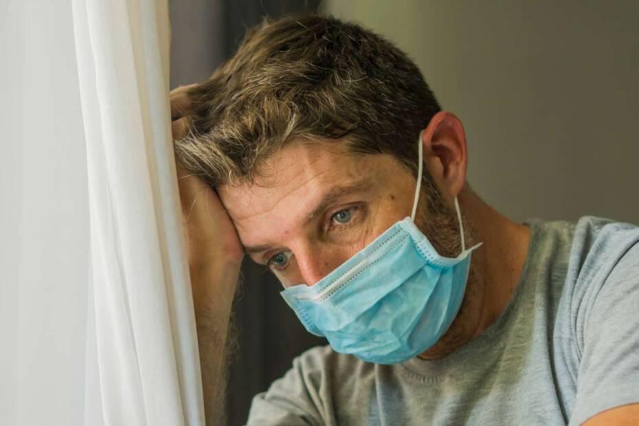 Trauriger Mann mit Gesichtsmaske