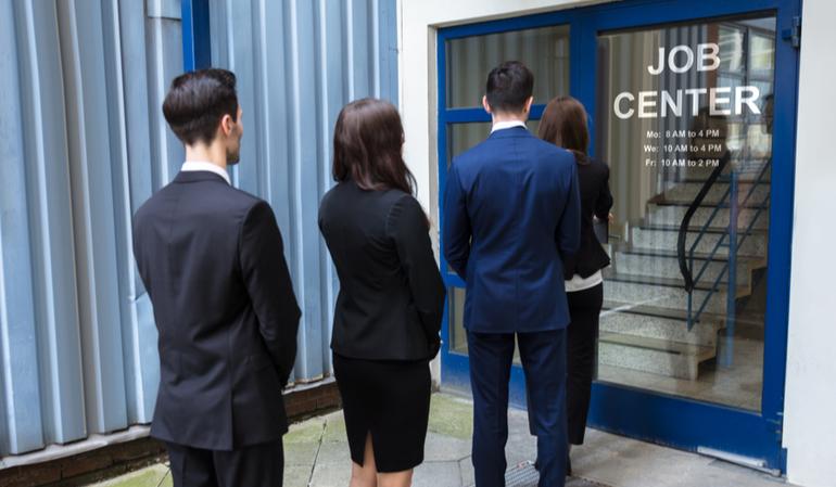 Arbeitslose stehen vor Jobcenter an