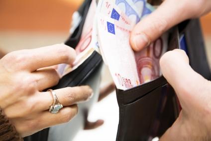 Personen Geld geben