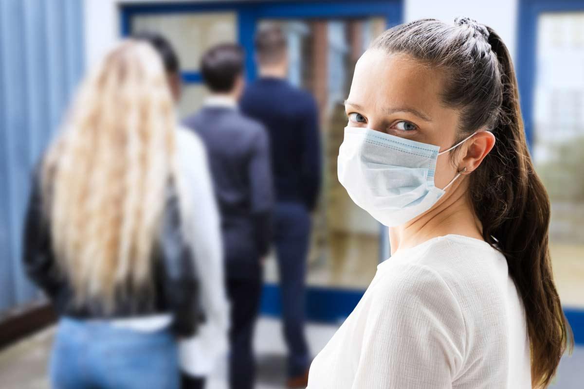 Schlange vor Jobcenter mit Gesichtsmasken